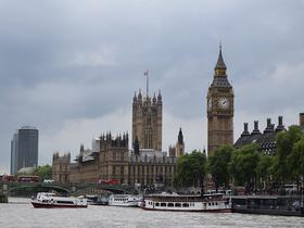 British Parliament mit bewölktem Himmel