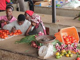 Marktstand in Ruanda mit Menschen und Gemüse