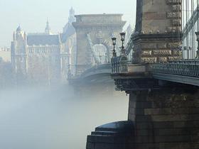 Budapester Brücke im Nebel