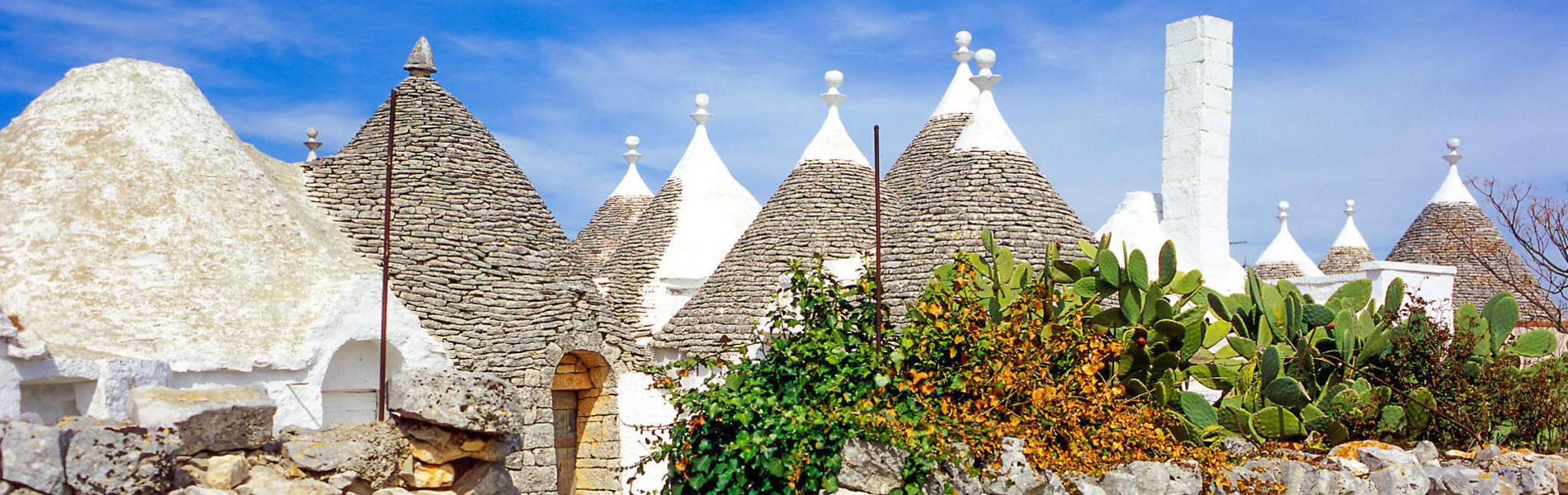 Dächer der traditionellen Rundhäuser Trulli in Apulien
