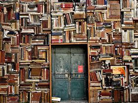 Bibliothek mit alter Tür
