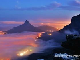 Blick auf Kapstadt in der Abenddämmerung