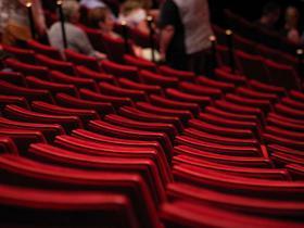 Stilbild von roten Theatersesseln
