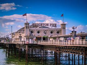 Brighton Pier im blauen Sonnenschein