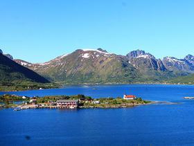Fjorde in Norwegen: blauer Himmel und rote Häuser
