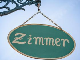 Stilbild für Hotelkontingente: Schmiedeeisernes Schild mit Zimmer-Beschriftung