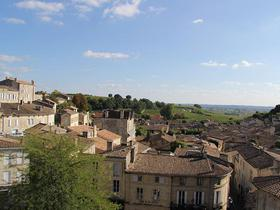 Überblick über ein kleines Städtchen nahe Bordeaux