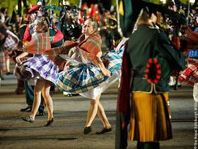 Edinburgh Military Tattoo: Tanzende Mädels