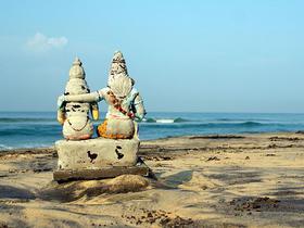 Steinstatuen am Strand