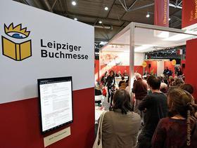 Momentaufnahme der Leipziger Buchmesse mit Logowand