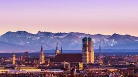 München in der Abenddämmerung mit Alpenblick